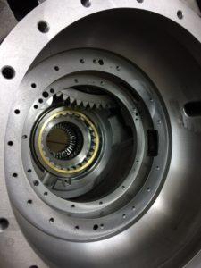 Wnętrze przekładni hydrodynamicznej naprawianej przez DTS